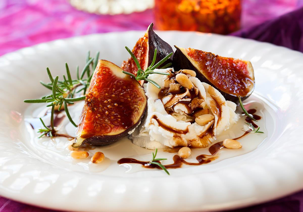 Ρικότα με φρέσκα σύκα, κρέμα μπαλσάμικου και κουκουνάρι | Ena Blog