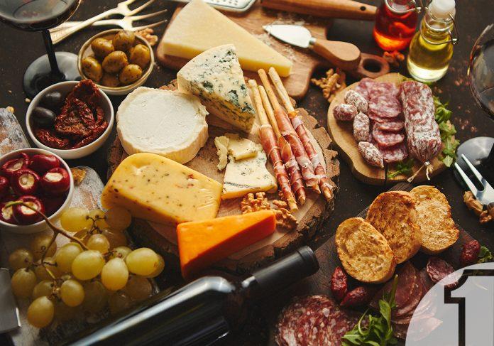 Ποικιλία τυριών και αλλαντικών με συνοδευτικά κρασιά | Ena Blog