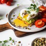 Pancakes πατάτας, με γουακαμόλε και αυγά ποσέ. Ένα ασυναγώνιστο brunch. | Ena Blog