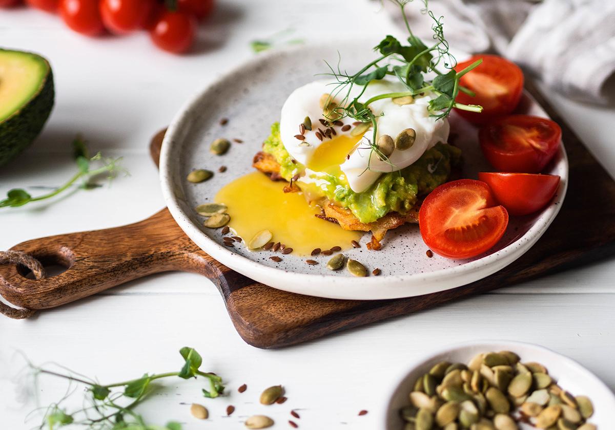 Pancakes πατάτας, με γουακαμόλε και αυγά ποσέ. Ένα ασυναγώνιστο brunch.   Ena Blog