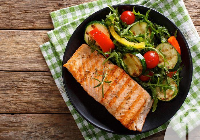 Σολομός με λαχανικά και σάλτσα σόγιας | Ena Blog