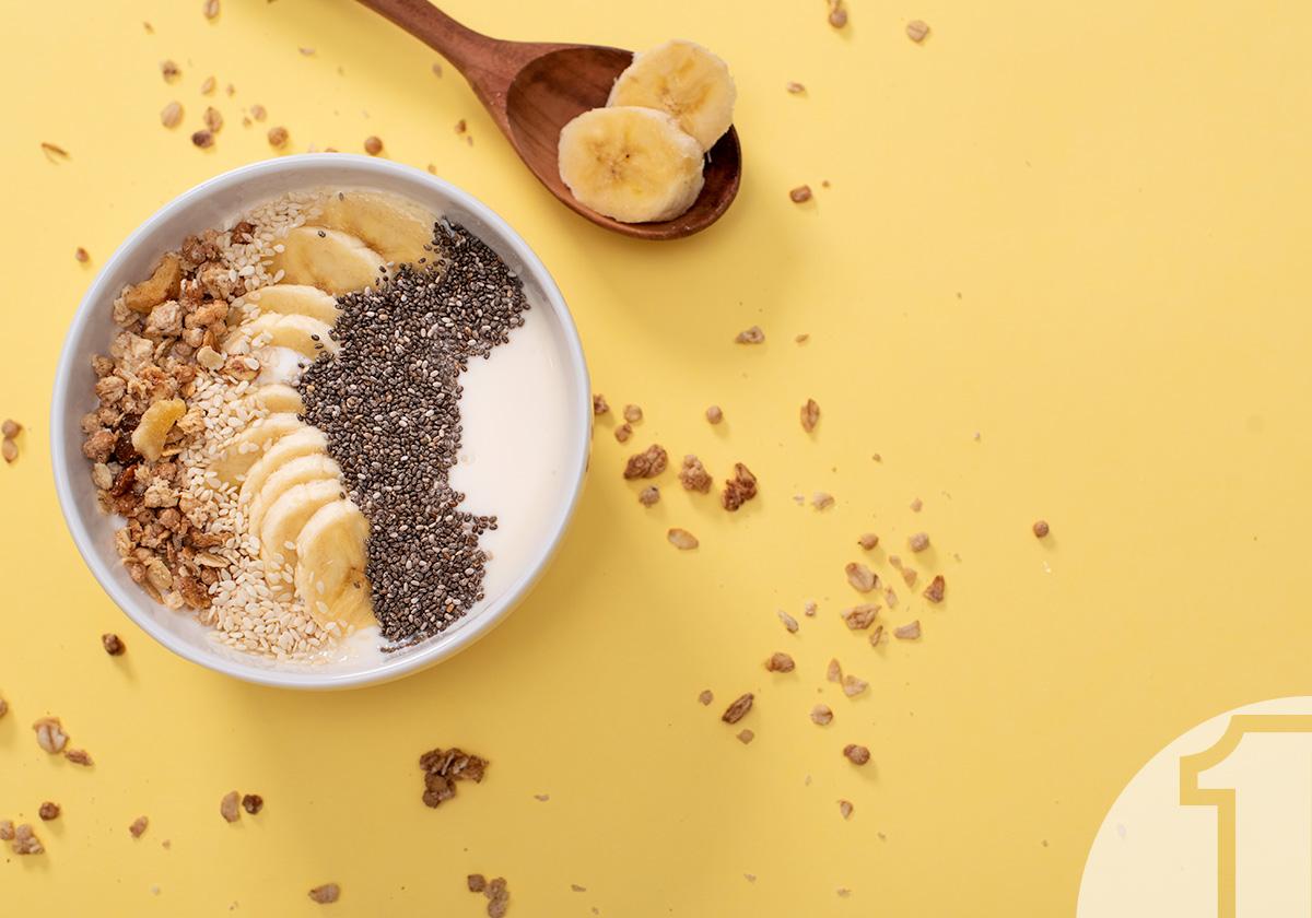 Smoothie bowl με μπανάνα, σπόρους Chia, σουσάμι και βρόμη | Ena Blog