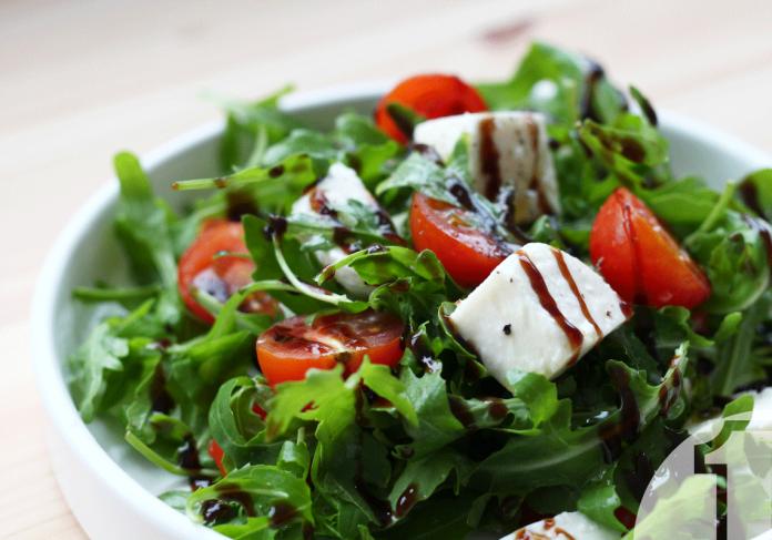 Δύο διαφορετικές και δροσιστικές καλοκαιρινές σαλάτες για το μενού σας | Ena Blog