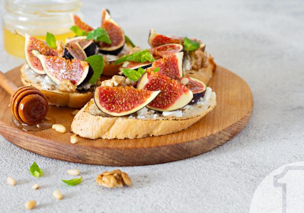 Καλοκαιρινές δροσιστικές μπρουσκέτες με μανούρι, σύκα και μέλι   Ena Blog